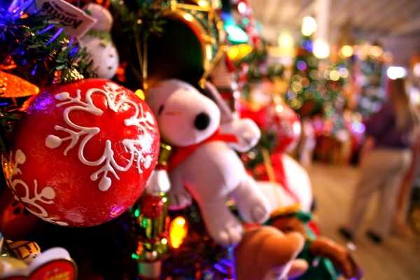 As part of the Christmas Craft fair, visitors can view the Knotts Christmas tree, which is decorated with Snoopy and Charlie Brown inspired ornaments. | Amber Amaya/The Chimes