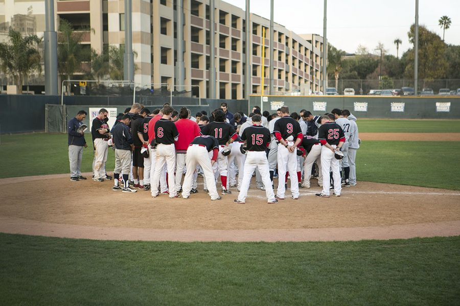 The entire baseball team gathers with Bethesda College after their game on Wednesday afternoon to pray. | Tomber Su/THE CHIMES