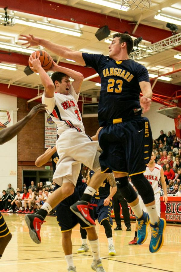 Junior Colin Bossio fights past Vanguard freshman Zach Allmon to the basket during the game on Feb. 8. Mens basketball held on to an early second half lead to hand GSAC foe Vanguard their first conference loss. | Tomber Su/THE CHIMES