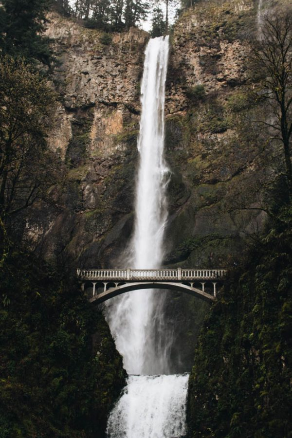 The+627+foot+waterfall%2C+Multnomah+Falls%2C%C2%A0located+in+Oregon+attracts+large+crowds+due+to+its+easy+access+and+beauty.%C2%A0%7C+Amanda+Sakowski%2FTHE+CHIMES