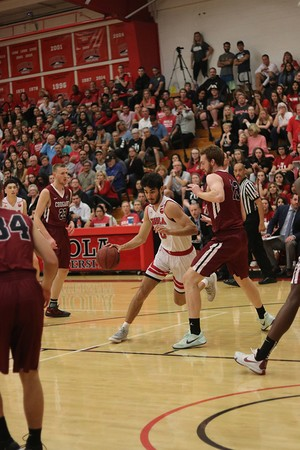 Men's basketball wins with late three-pointer
