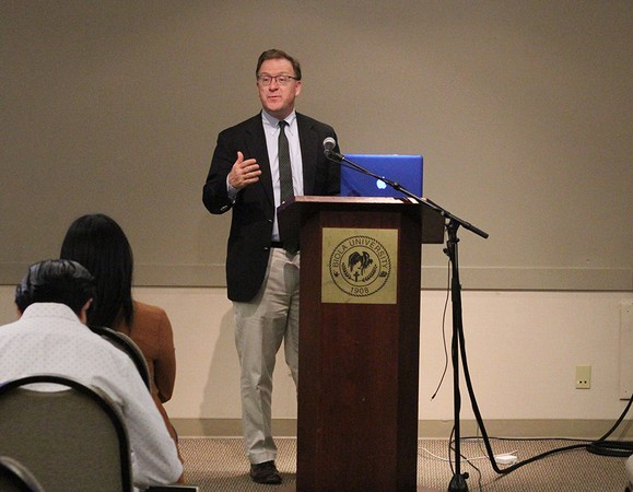 American Enterprise Institute member Robert Doar talks to students about poverty alleviation.