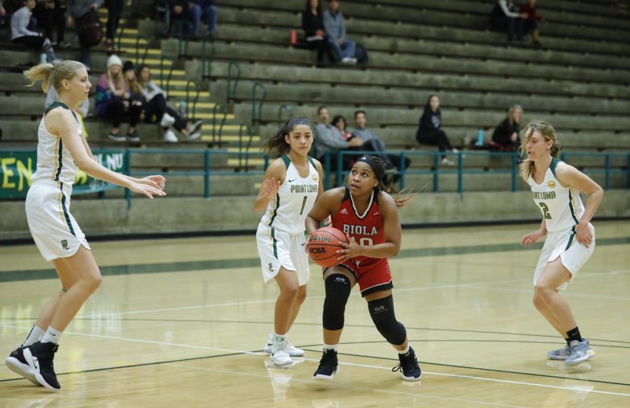 Junior+guard+Tatum+Brimley+drives+past+Point+Loma+defenders+during+the+Eagles%27+60-53+loss+at+PLNU+on+Dec.+5%2C+2018.