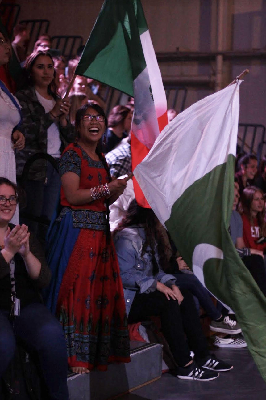 Students+in+traditional+Pakistani+clothing+waves+the+flag+of+Pakistan+in+the+Parade+of+Nations.