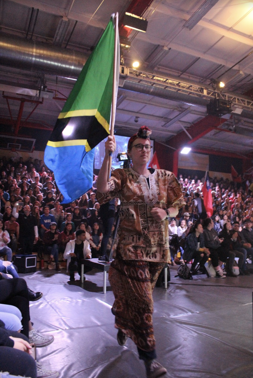 Students+in+traditional+Tanzanian+clothing+runs+the+Tanzanian+flag+in+the+Parade+of+Nations.