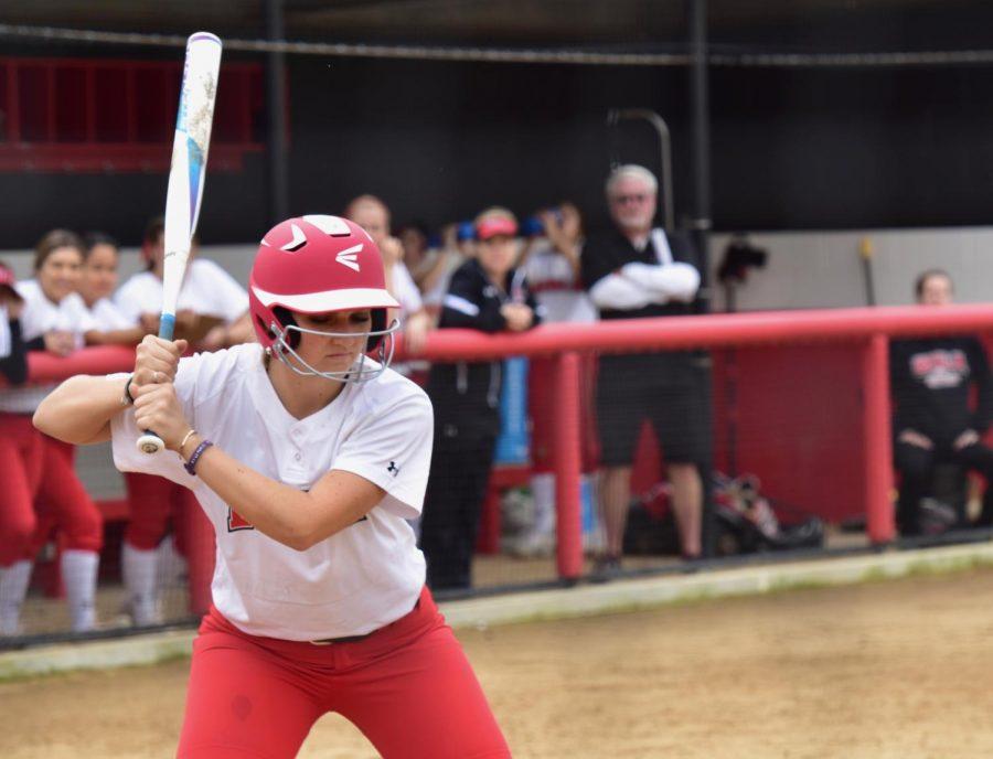 Softball splits second doubleheader against HPU
