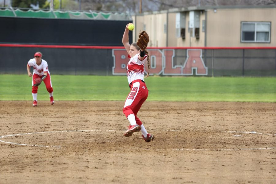 Softball splits doubleheader on the road