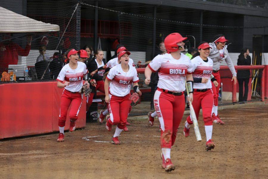 Softball sweeps Notre Dame de Namur
