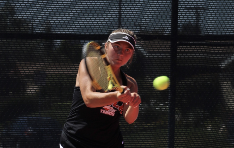 Women's tennis coasts through singles