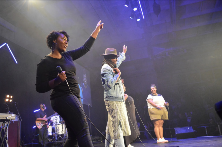 Aja Grant and band lead students in worship during main session 1 of Torrey Conference 19.