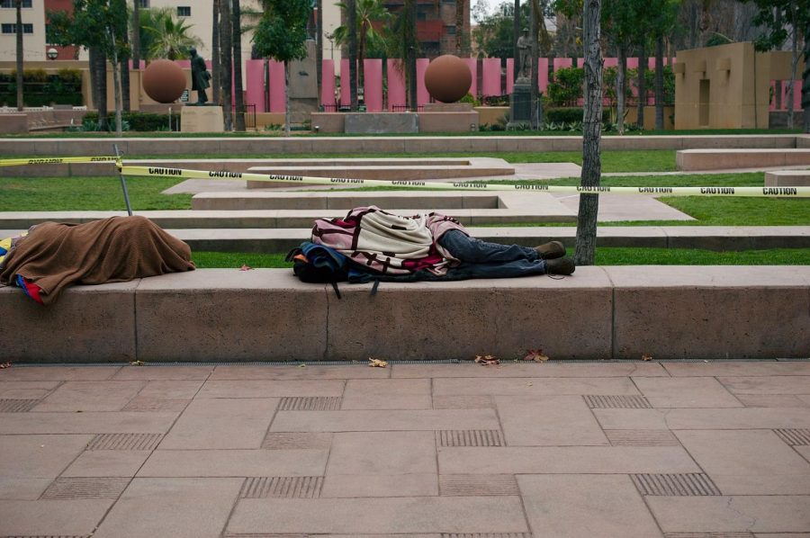 1600px-Homeless_people_sleeping_in_Pershing_Square_in_Downtown_Los_Angeles_(DTLA)_10