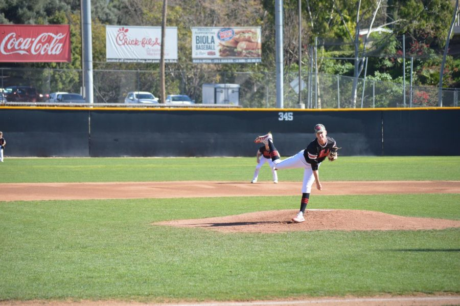 Biola splits doubleheader in late-inning win