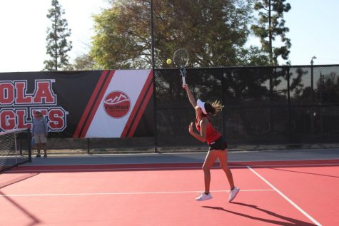 Men's tennis rallies against PLU