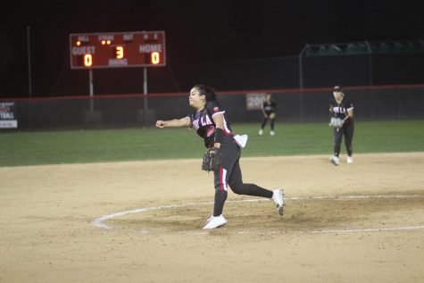 Softball splits Silverswords